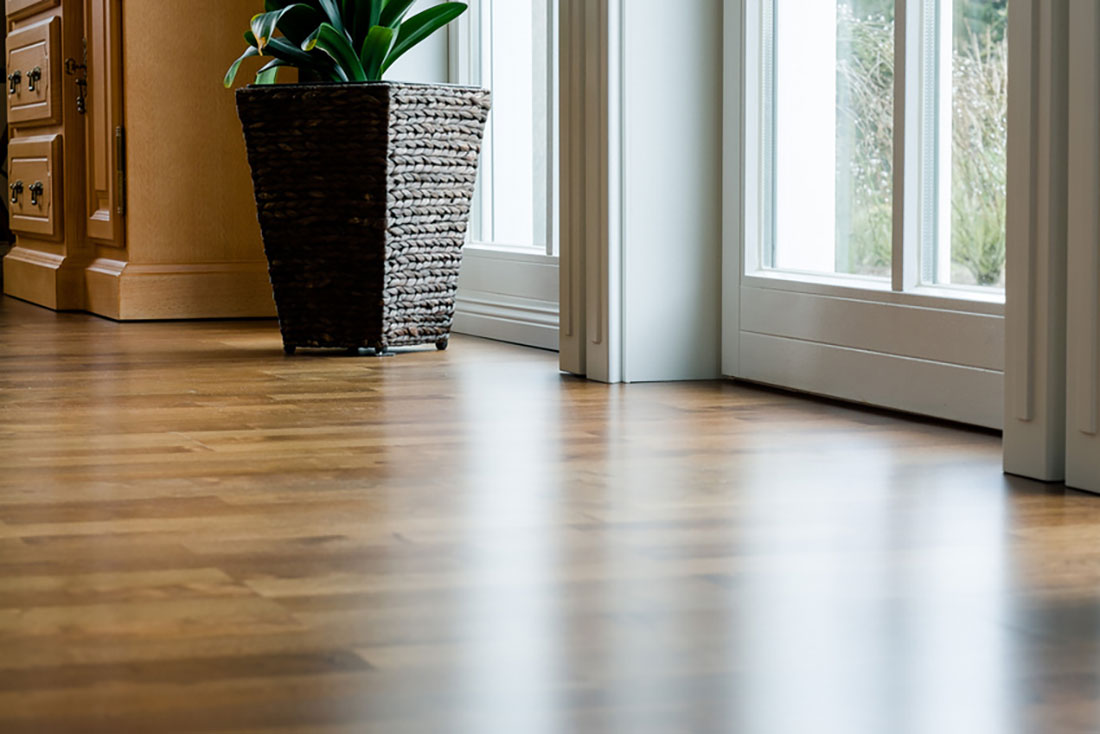 parquet stratifi imitation carrelage cheap great un revtement qui sublime les espaces de vie. Black Bedroom Furniture Sets. Home Design Ideas